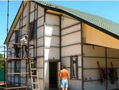 Бригада славян строит дома с нулевого цикла до кровли